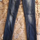 Тонкие светло-синие джинсы