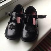Лаковые туфли Clarks.