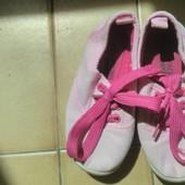 Одним лотом: тапки-мокасины + кроссовки, б/у,  девочке, 25-26 размеры