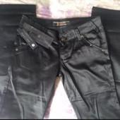Новые, модные под кожу !!! Брюки-штаны черные р. 25.