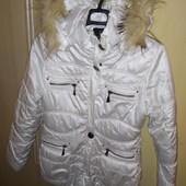 Белая зимняя курточка, на синтепоне.