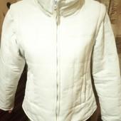 Женская утепленная белая куртка.Рукава отстёгиваются.
