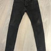 Стильные зауженные джинсы с эффектом потертости