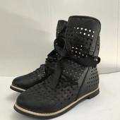 Мегастильные и удобные кожаные ботинки с перфорацией