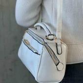 Стильная сумочка через плечо белая