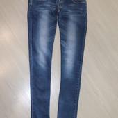 Узкие джинсы с хорошей посадкой, на болтах стразы, р.29.