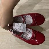 Новые красные туфельки для девочки