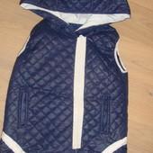 Отличная стеганная жилетка-косуха с капюшоном в отличном состоянии на 120-130