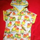 Яркая футболка с попугаями и капюшеном-4-6лет.Сост отличное.