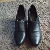 Закрытые туфли на каблуке р.39-40