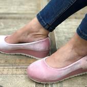 Шикарные велюровые туфли. слипоны на танкетке.