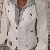 красивая курточка-пиджак с капюшоном, стильно выглядтит, коттон хорошего качества!