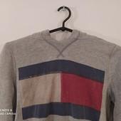 Удобный свитер с капишоном.