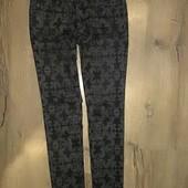 Эксклюзивные джинсы с выбивкой-44 р.Тянутся.(отл. Сост)