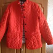 Красная стеганная куртка