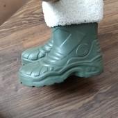 Резинові чобітки, валянок виймається.