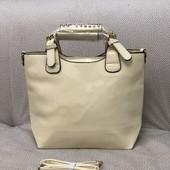 Бежевая лаковая сумка. Бесплатная доставка