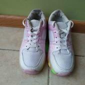 Роликовые кроссовки в хорошем состоянии, светятся, стелька - 21 см.