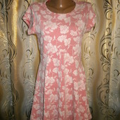 Нежное платье с цветочным принтом qed london