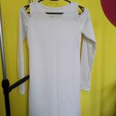 Плаття біле, з відкритими плечима.