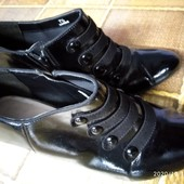 Красивые фирменные ботинки в отличном состоянии на 40р- 41р