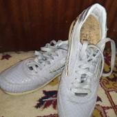 Суперовые итальянские кроссовки 40 размер