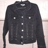 Серый, джинсовый пиджак.