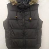 Черная стёганая теплая жилетка с капюшоном