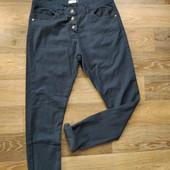 Стильные фирменные джинсы зауженные к низу в отличном состоянии!