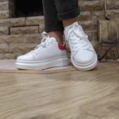 Популярные женские кроссовки. Маквины.