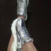 Кроссовки в серебре - на белоснежной платформе-глянец..