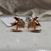 очень красивые и нежные гвоздики, фианиты, позолота 585 пробы