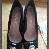 Очень классные и удобные туфельки на удобном каблуке, на ношке очень стильно сидят.