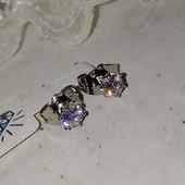 супер! очень красивые и нежные гвоздики, белые фианиты 5*5 мм, форма тюльпан, родий