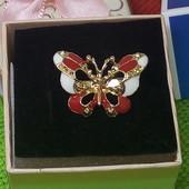 Новинка!Хорошенькая брошь,,Бабочка''украшена бело-красной эмалью и позолотой ,высота 2,5см/1,5см