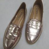 Золотистые туфли лоферы с перфорацией на носке и жемчугом,37 размер,длина стельки