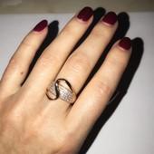 Широкий та яскравий перстень з сяючими фіанітами. Якісна біжутерія.