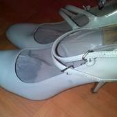 Классные √√ лаковые туфельки с перпоночками ,в отличном состоянии.