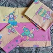 Симпатичное постельное белье (3 предмета) в детскую кроватку в хорошем состоянии.