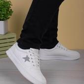 Женские белые кроссовки с серой звездой