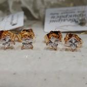 супер! очень красивые и нежные гвоздики, белые фианиты 4*4 мм, квадратная форма, позолота 585 пробы