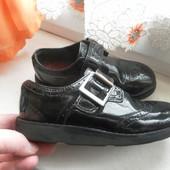 Кожаные,лаковые туфли Clarks состояние очень хорошее