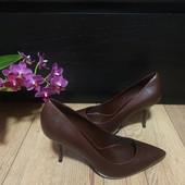 Туфлі-лодочки із натуральної шкіри зовні і всередині 40 рр і устілка 26,3 см з носиком. Новинка.