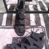 Крутые босоножки переплеты шнуровка сзади замок чисто чёрные камера не передает