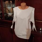 Жіноча кофточка з оголеними плечами, білесенька як сніг