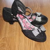 нарядные туфли на девочку, размер 3 очень нарядные!