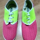 Яскраві кросівки