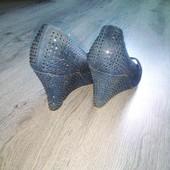 Открытые туфли синего цвета